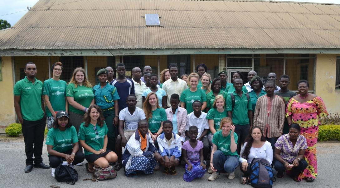 Pasantes y profesionales de derechos humanos en Ghana después de concientizar sobre tráfico de niños en escuelas locales.